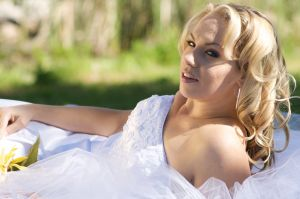 Wedding-bride-oakville-grass-photo-by-daniel-szajkowski-hamilton-toronto.jpg